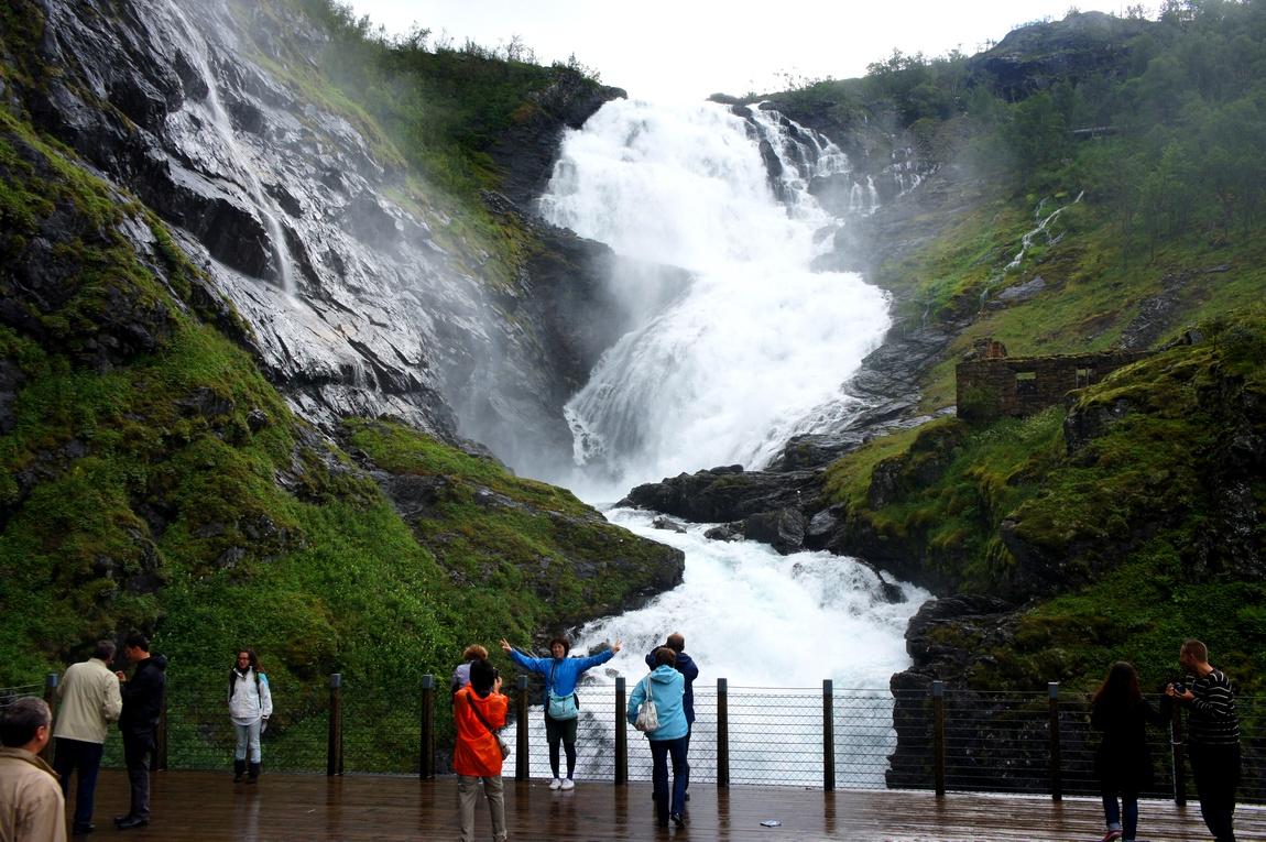 Роскошный водопад Кьуфоссен в Норвегии