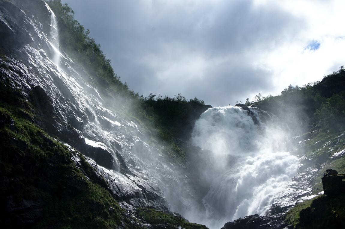 Это роскошный водопад Кьуфоссен в Норвегии
