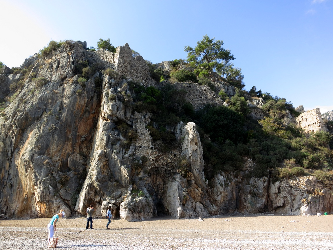 Турция. Древний город Олимпос высится на скале.