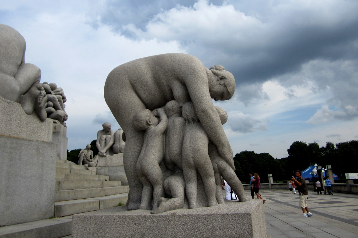 Странные скульптуры в парке Вигеланда в Осло. (Норвегия)