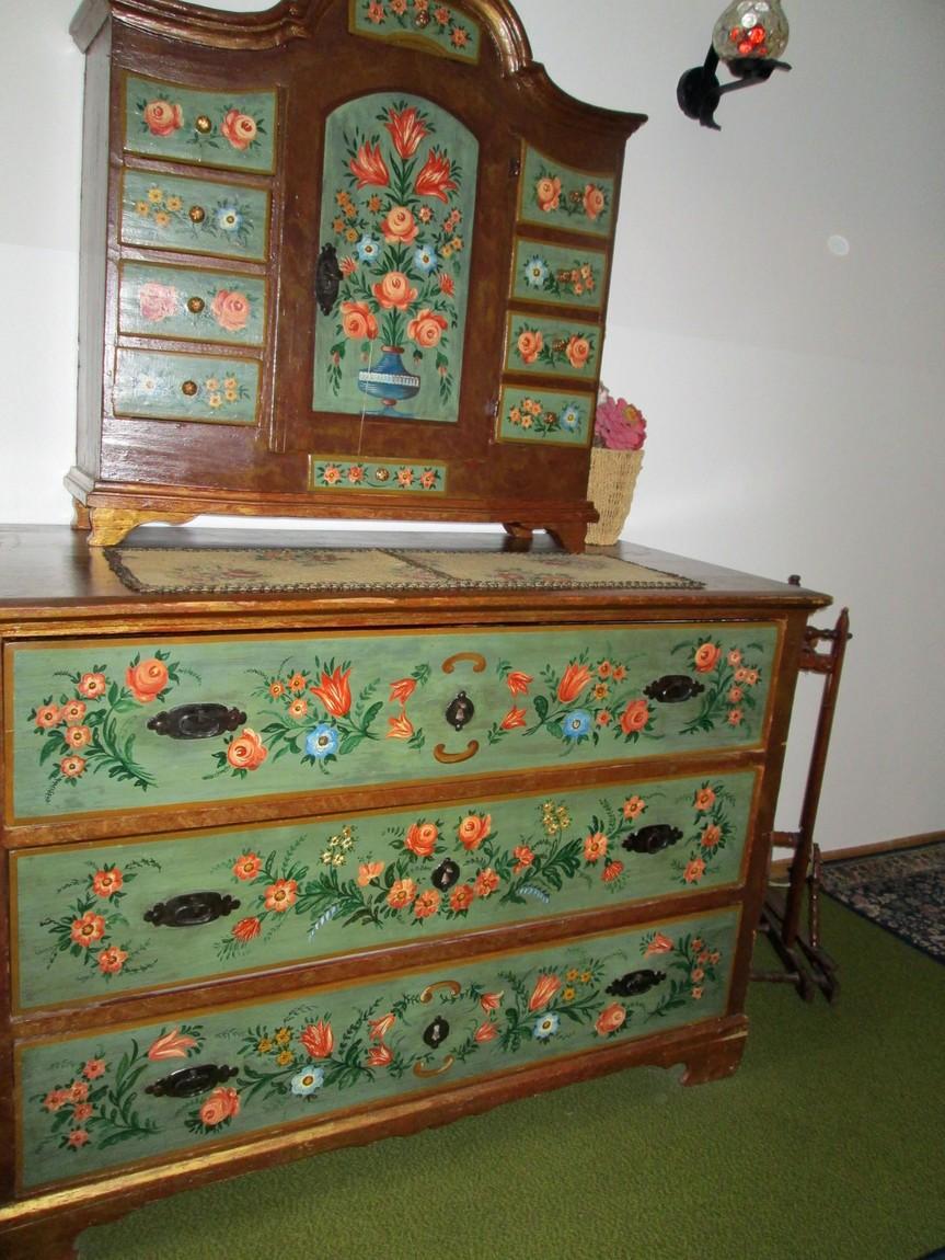 Старинная мебель в гостинице