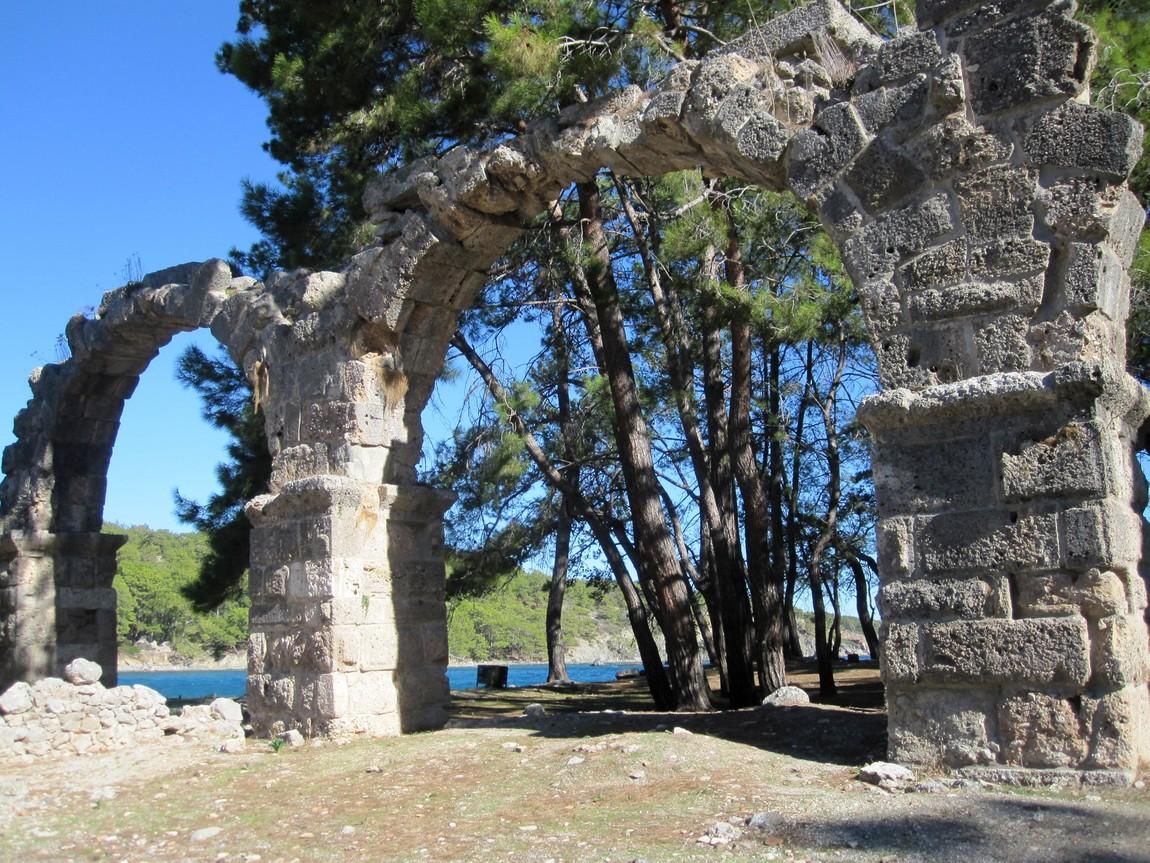 Руины виадука. Античный город Фаселис, Турция