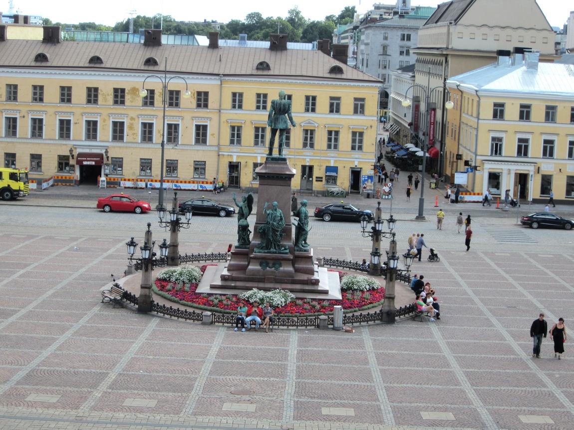 На Сенатской площади. В центре стоит памятник Александру II. Хельсинки
