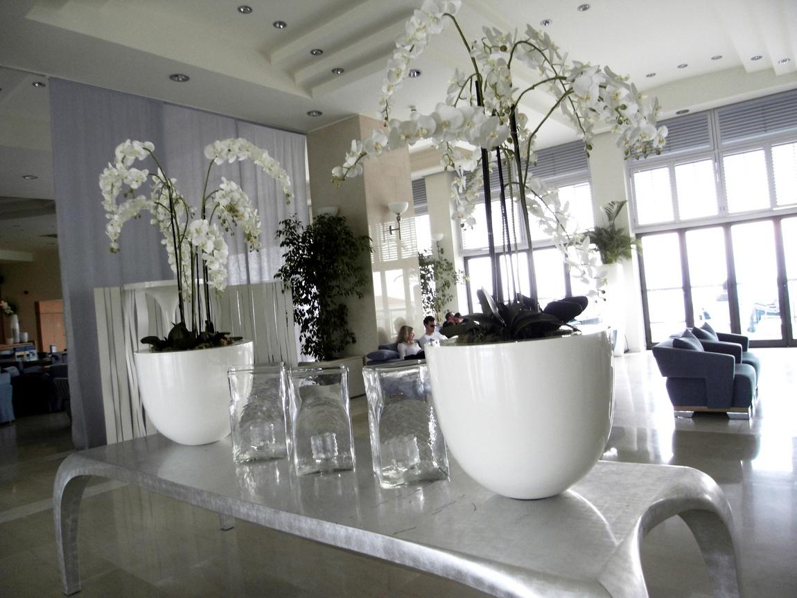 Холл внизу гостиницы Океания Клаб (Греция).