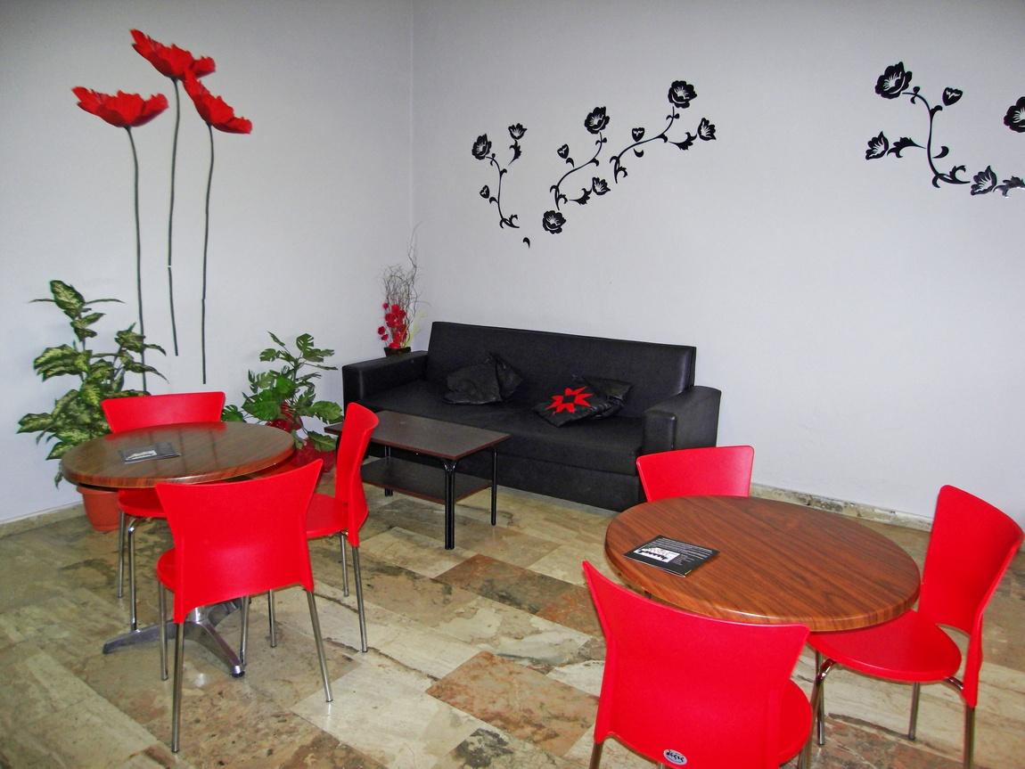 Холл гостиницы с необычным цветовым сочетанием мебели, и декора. (Греция).