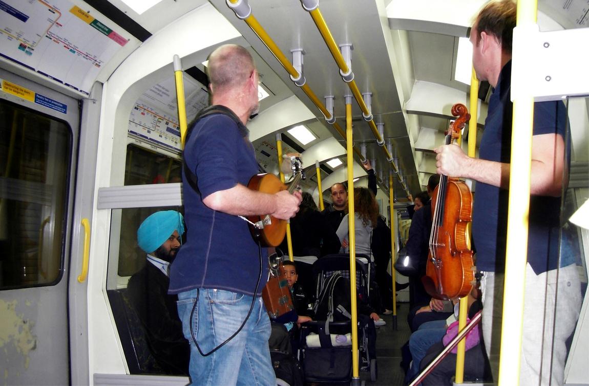 Музыканты в метро Лондона.