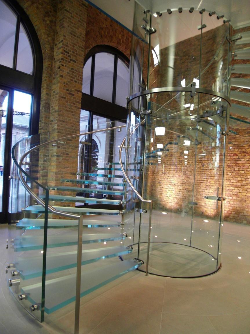 Стеклянная винтовая лестница в Лондоне (Англия)