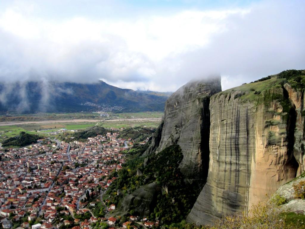 Скалы Метеоры. Вид на Каламбаку, Греция