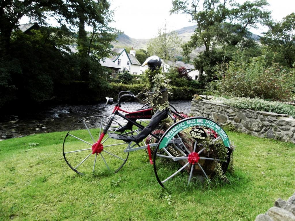 Композиция велосипедиста на газоне в Уэльсе (Великобритания).