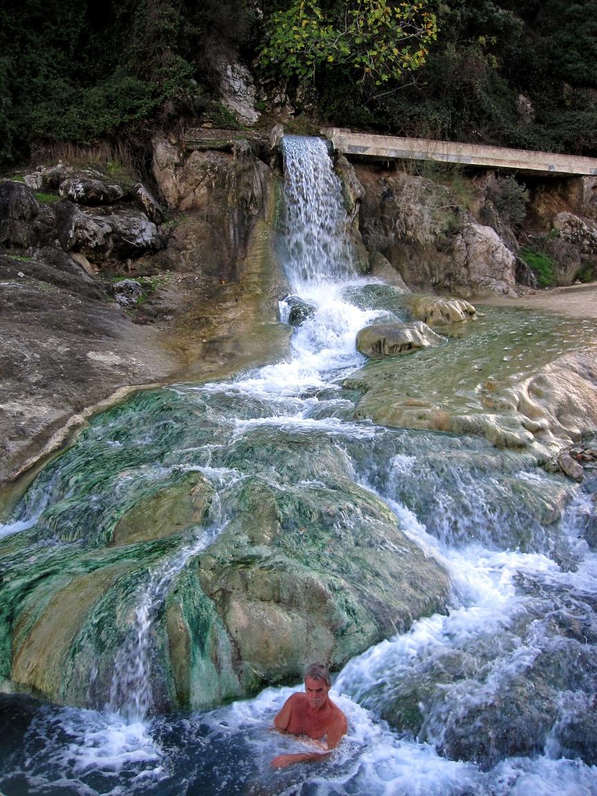 Водопад с тёплой минеральной водой (Греция)