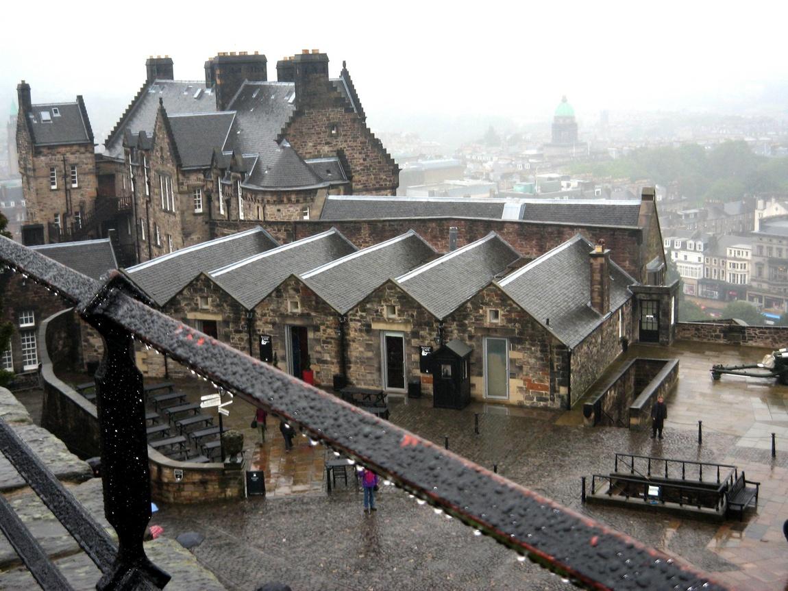 Мокрые крыши замка в Эдинбурге
