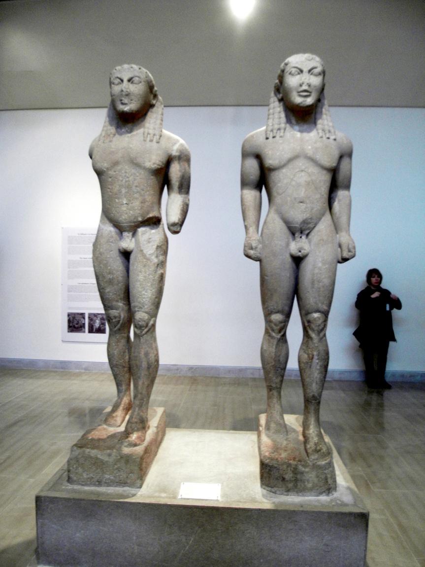 Древние экспонаты, статуи, барельефы в музее. (Греция)