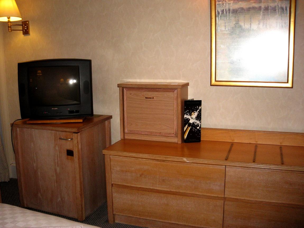 Мебель в Лондонской гостинице Тара выглядит простовато. (Англия).