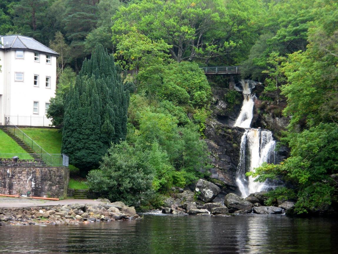 Водопад на озере Лох-Ломонд в Шотландии