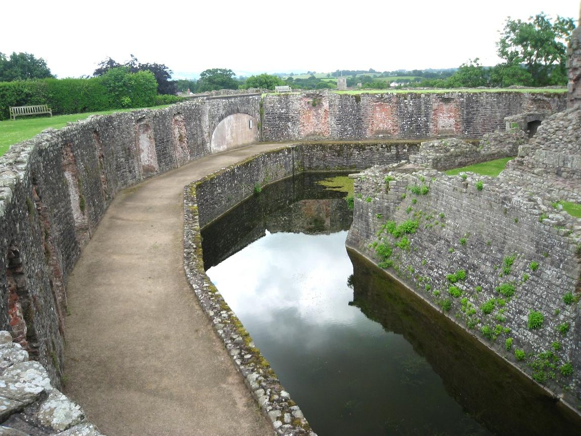 Ров возле замка Raglan Castle, Уэльс