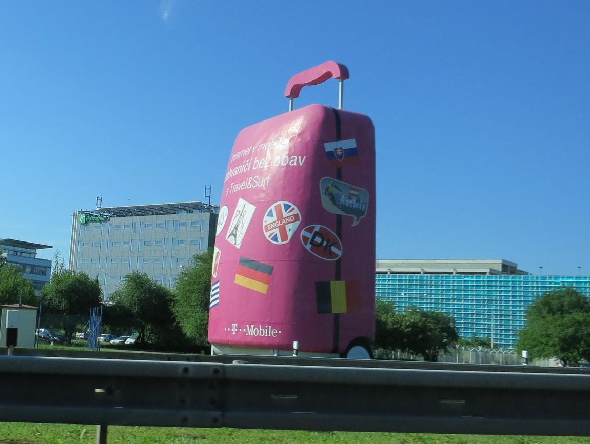 Символичная экспозиция чемодана перед аэропортом в Чехии