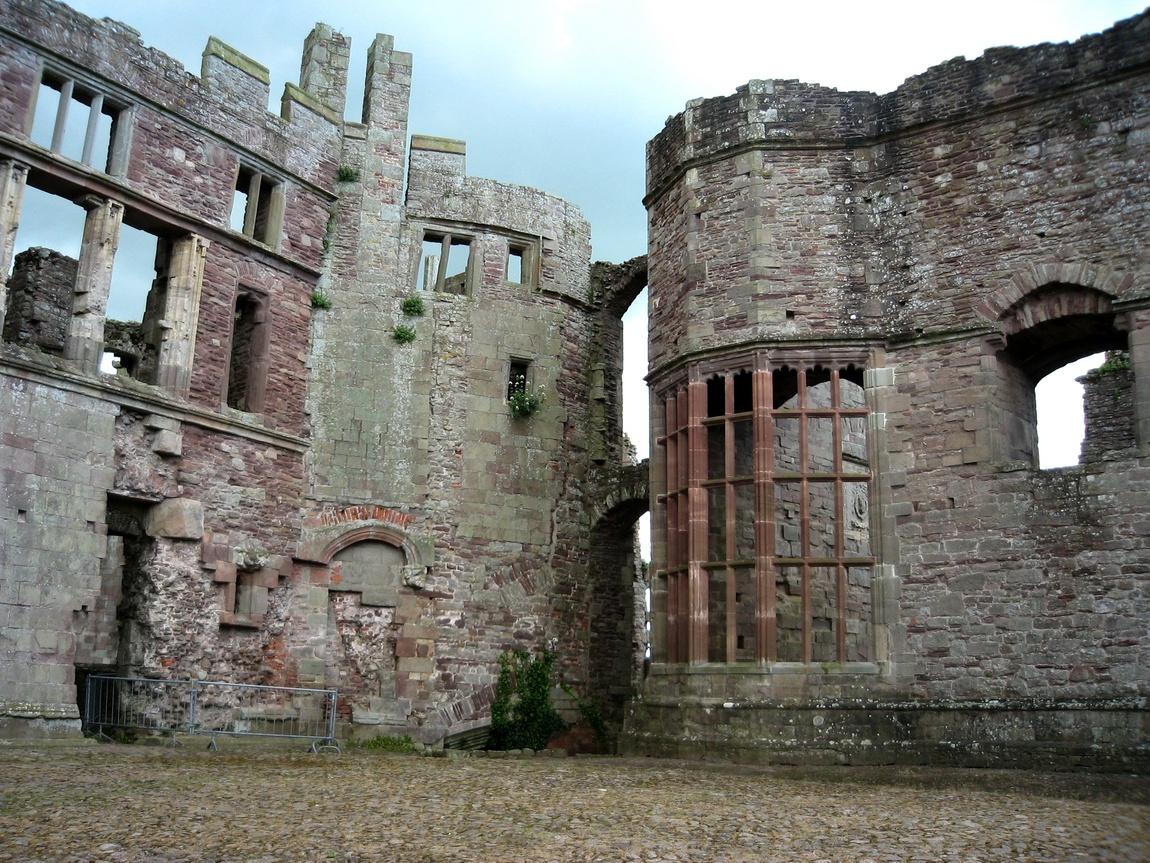 Замок Raglan Castle, Уэльс