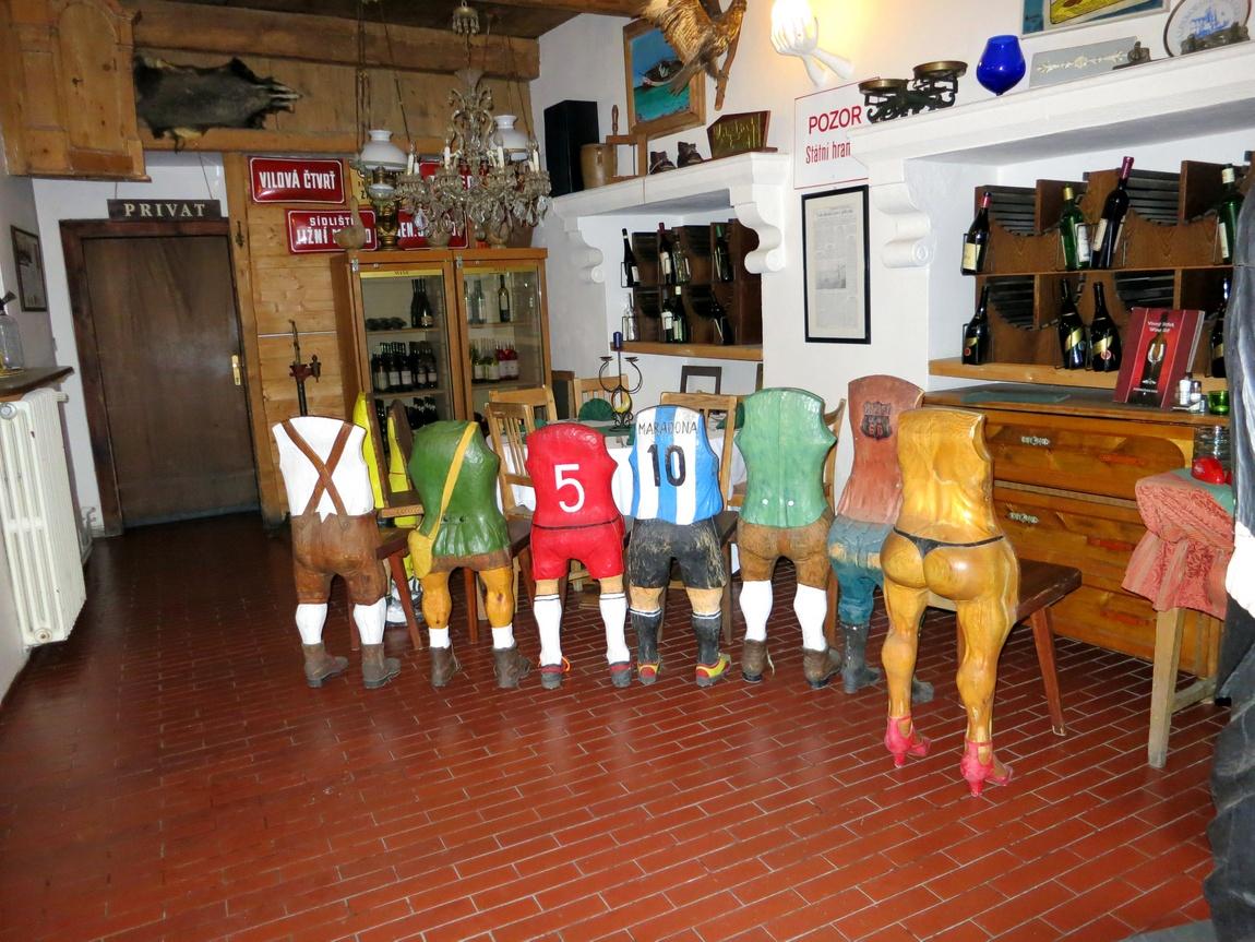 Группа футболистов и одной дамы в Чешском Клумлове (Чехия).