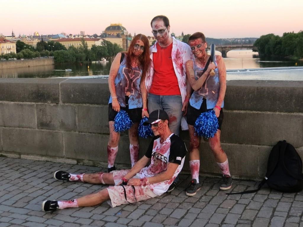 """Люди изображают из себя """"зомби"""". Прага (Чехия)."""