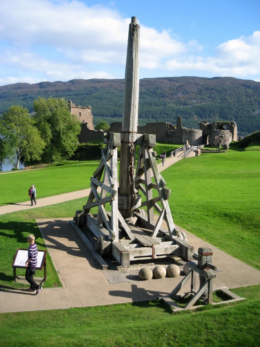 Ядрометательная машина в замке Уарк-Харт (Шотландия)
