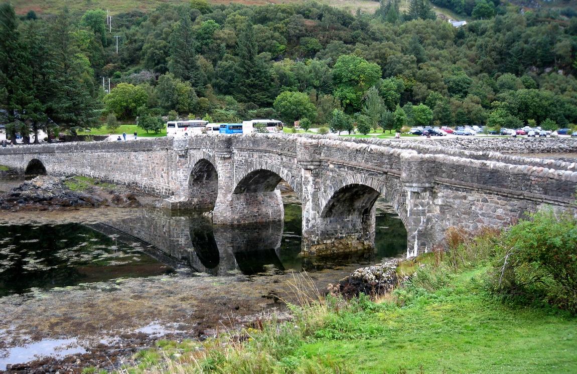 Мост к замку Эйлен Донан в Шотландии