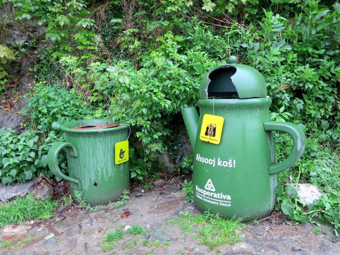 Контейнеры под мусор в Чешском Крумлове (Чехия).