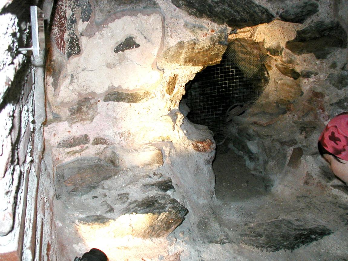 Здесь томился до казни в заточении Димитрий Солунский (подвижник Иисуса Христа).