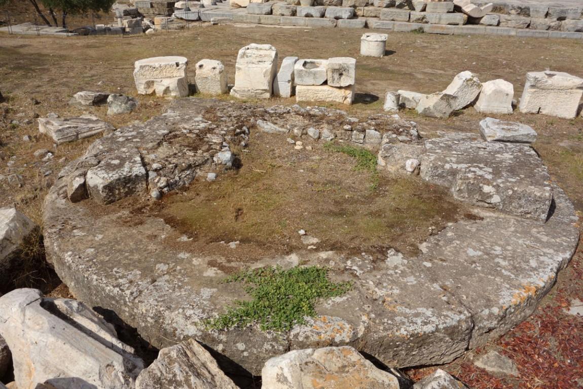 Развалины бывшего храмового сооружения где проходили Элевсинские мистерии