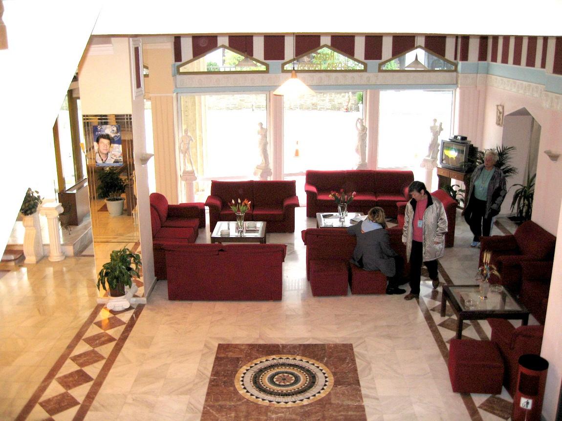 Внутренний холл гостиницы в Греции