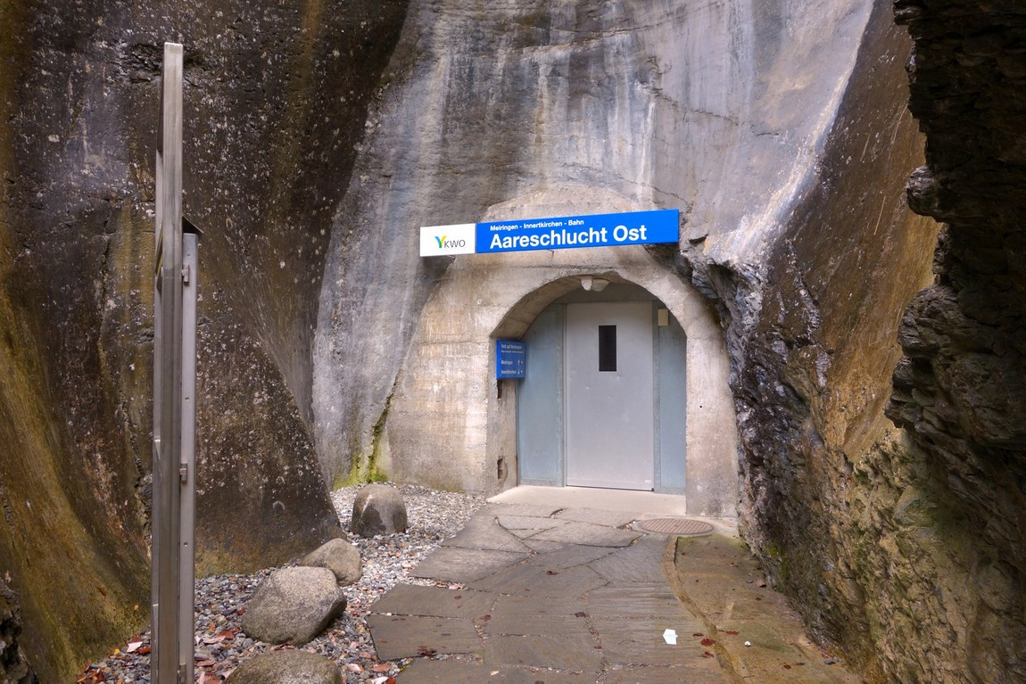 Поезд проходит в скале Швейцарии - остановке по требованию (Aareschucht Ost)