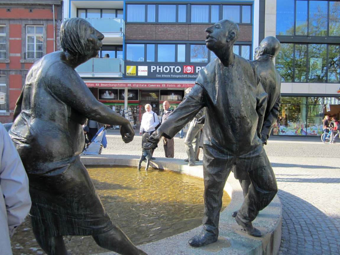 Пародийные фигуры у фонтана города Ахен (Германия).