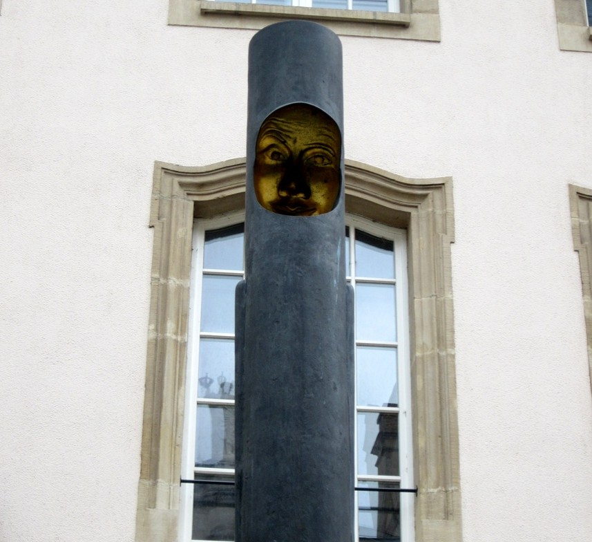 Инсталляция на столбе в Германии.