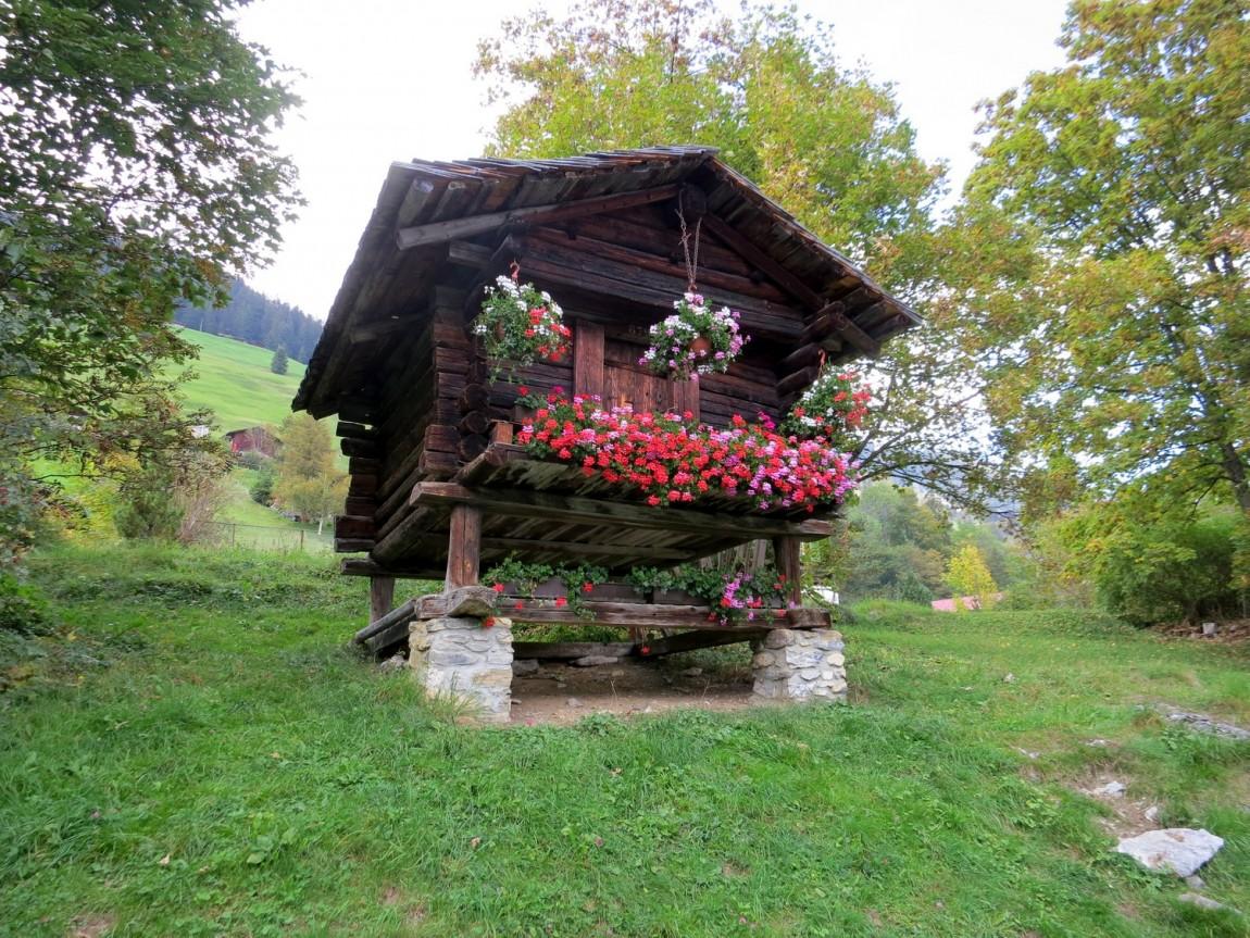 Теремок в горах Швейцарии