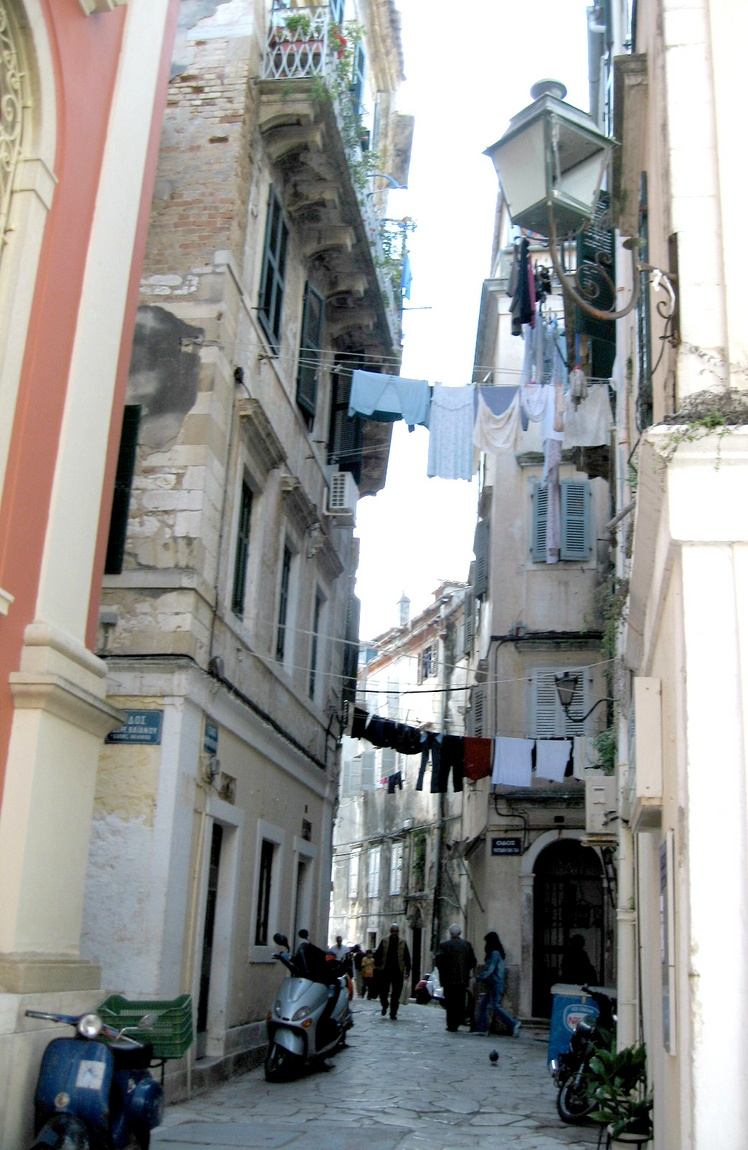 Узкая улочка на Корфу в Греции