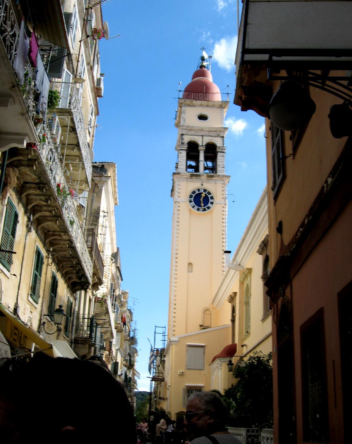 Улица возле храма на Корфу