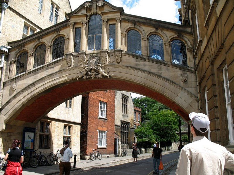 «Мост вздохов» изгибающийся над Нью Коледж-Лейн. Оксфорд (Англия)