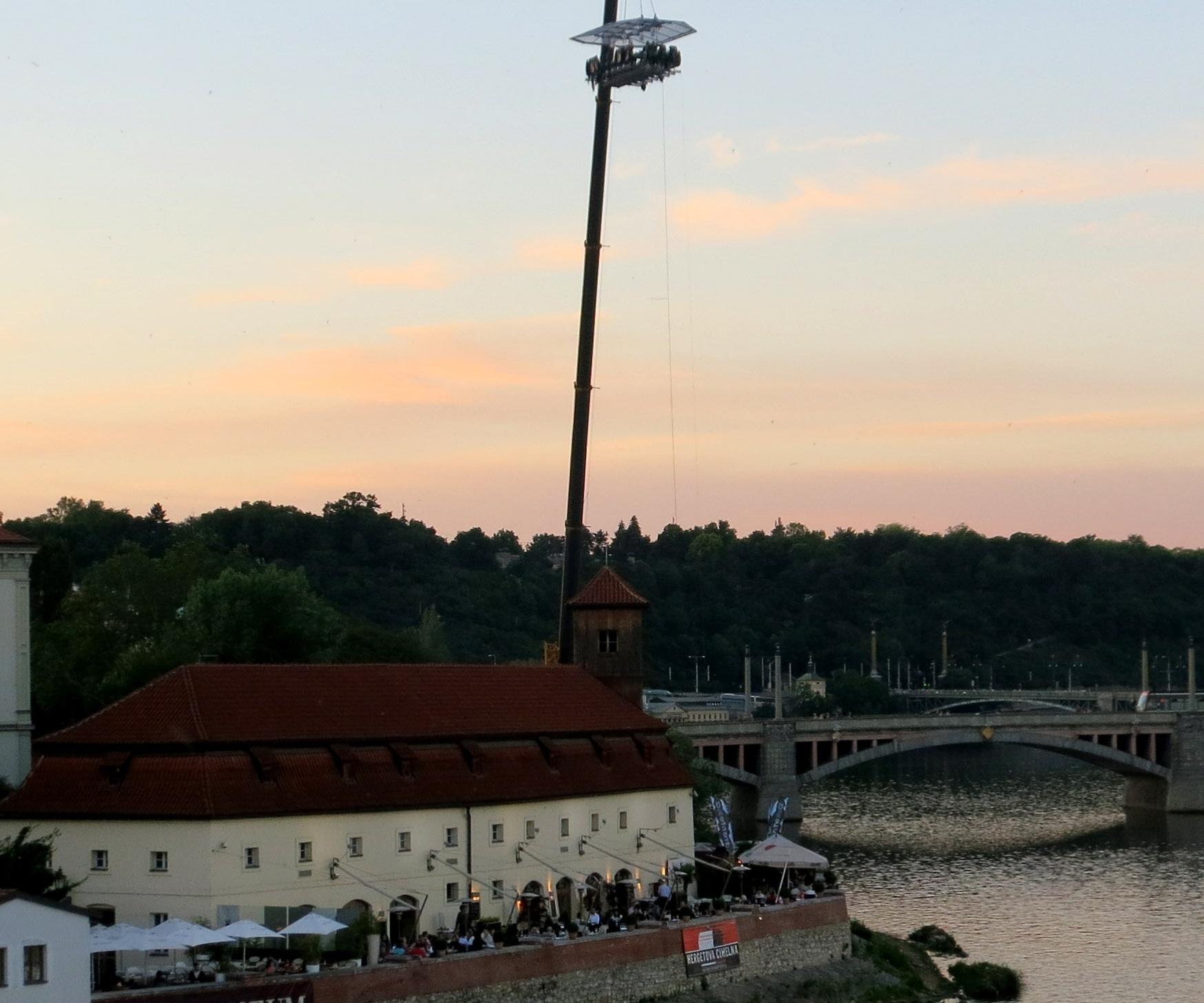Экстрим над рекой в Праге (Чехия)