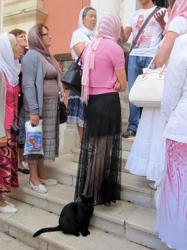 Паломники входят в Кафедральный храм Святой Богородицы Спилиотиссы