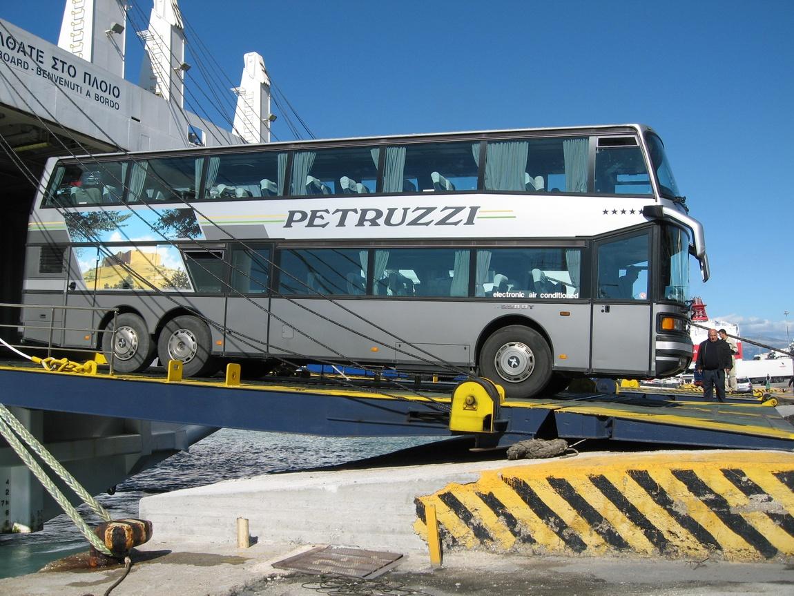Автобус выезжает из парома г Игуменница
