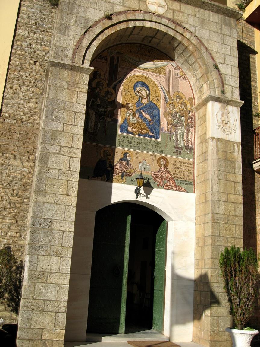 Вход в монастырь Мега Спелион в Греции