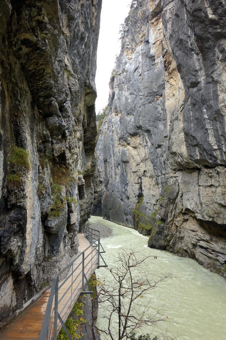 Тропа в ущелье на реке Ааре, Швейцария