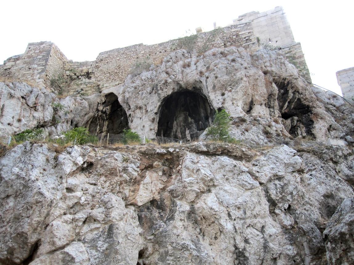 НИши под Акрополем в Афинах