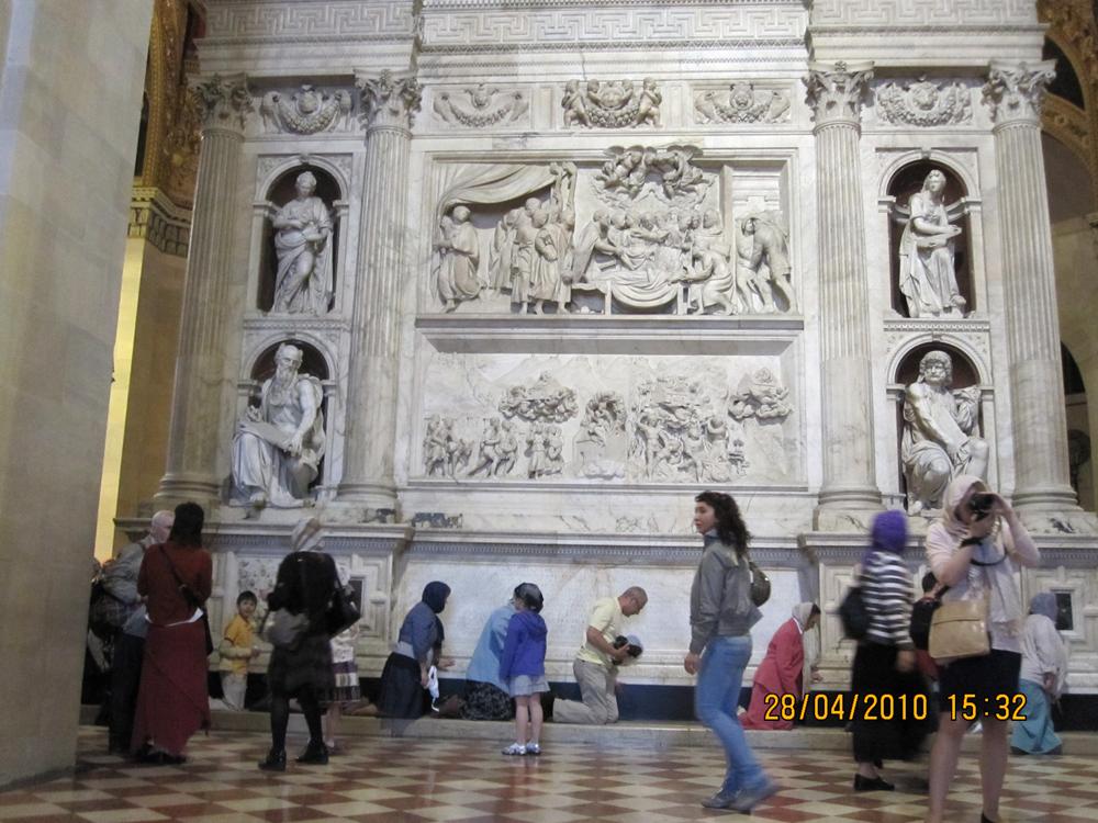 Святой дом снаружи в храме Пресвятой Богородицы, Лоретто, Италия