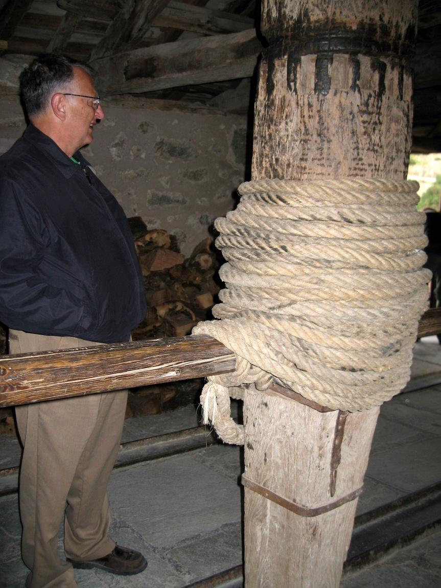 Столб и веревка для подъёма на скалы в монастыри