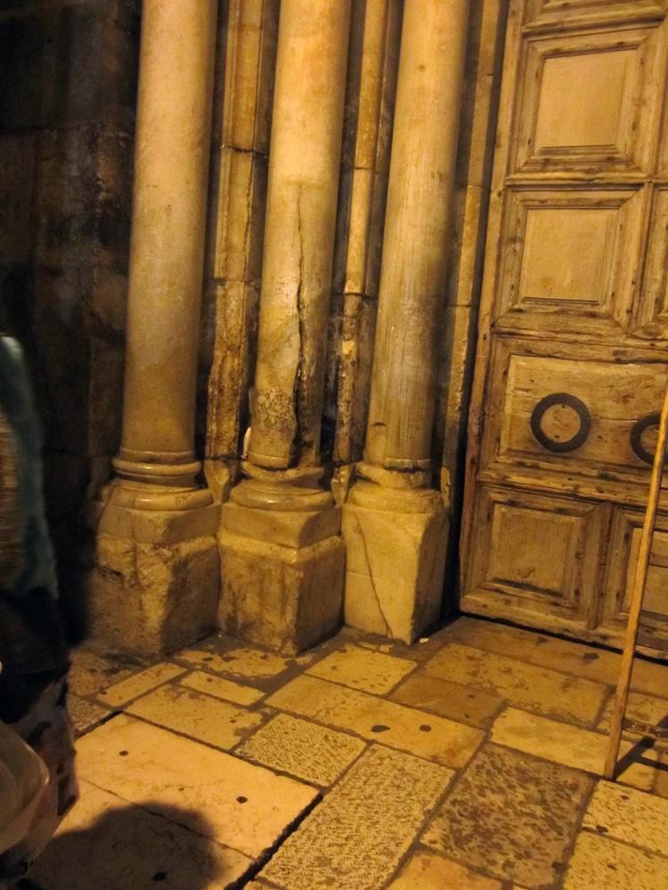 Знаменитая колонна, почерневшая от благодатного огня (Израиль)