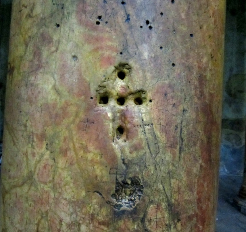 В базилике Рождества Христова в Вифлееме -колонна, откуда вылетели осы.