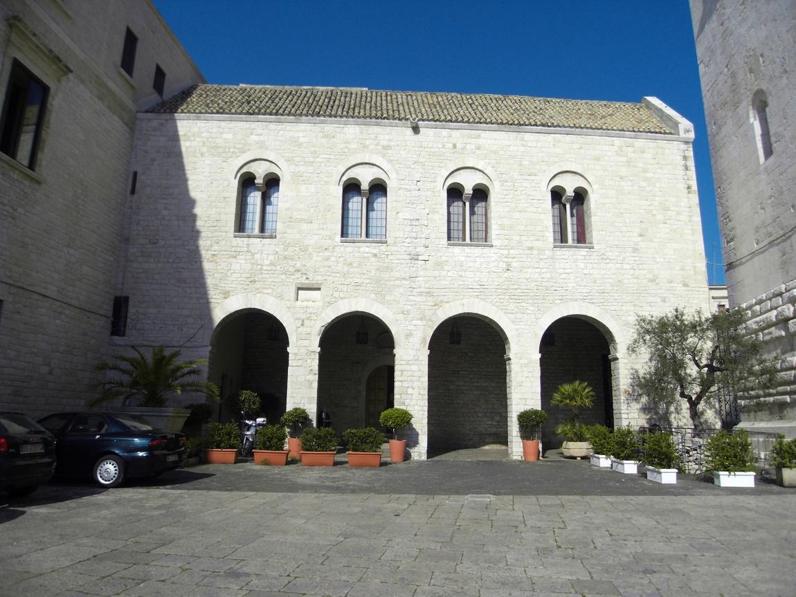 Внутренний двор храма Николая Чудотворца в Бари (Италия)