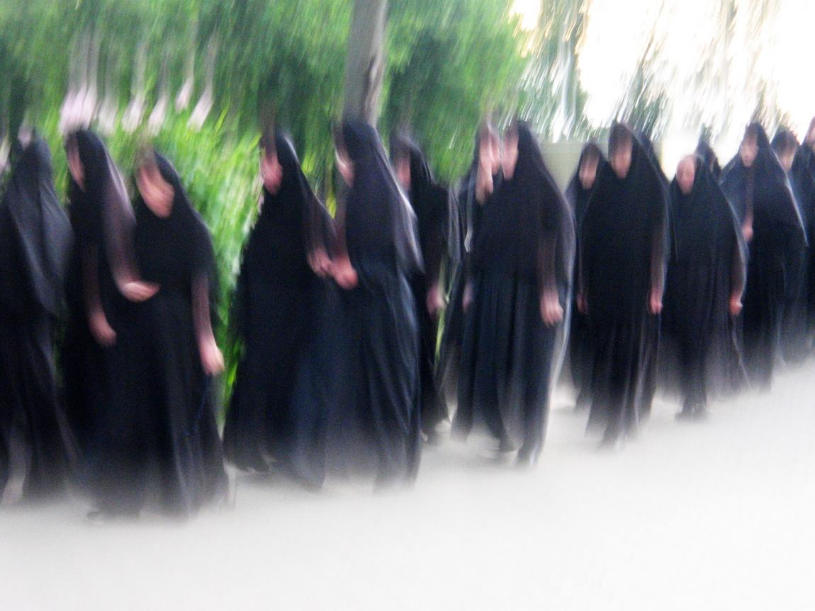 Крестный ход монахинь в Дивеево Нижегородской области.