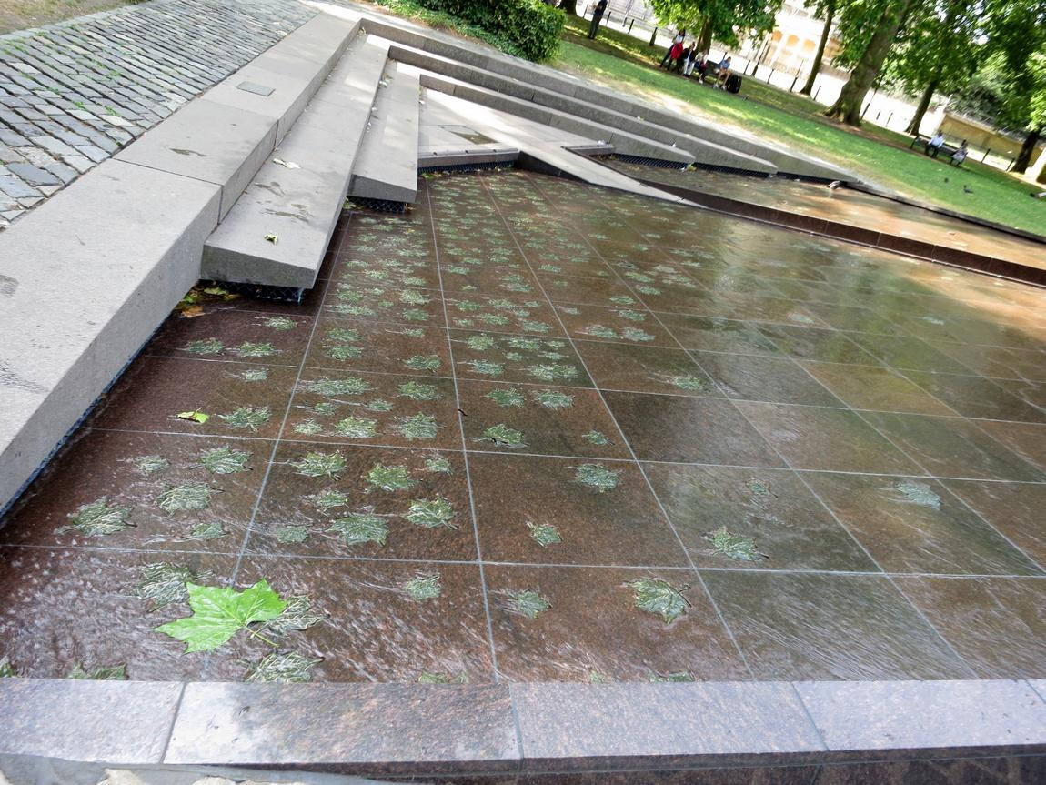 В Грин парке водоём, где вода скользит по каменному дну с лёгким уклоном, создавая красивую рябь. Лондон