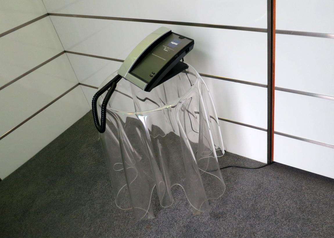 Столик из прозрачного пластика (Лондон)